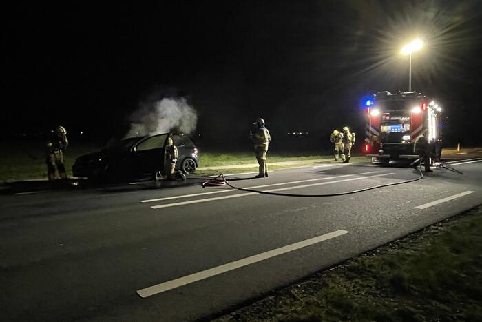 Brandweer blust brandende personenauto