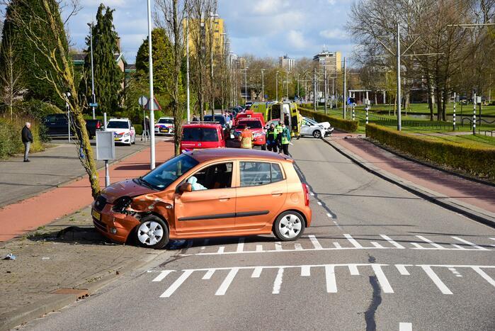 Flinke schade bij botsing met twee auto's