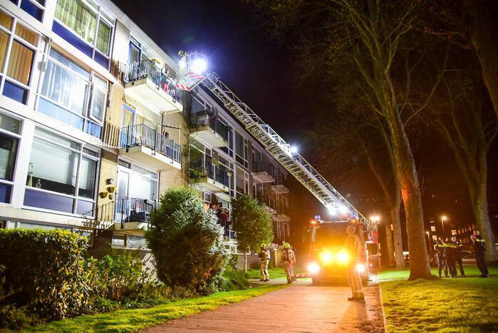 Twee personen gered van balkon door brand