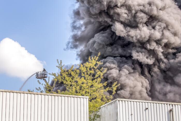 Enorme rookontwikkeling bij brand in meubelmakerij