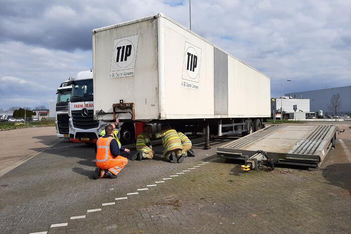 Oplegger van vrachtwagen afgesleept