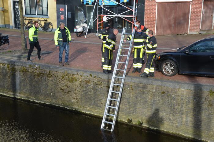 Brandweer doet reddingsactie voor kat in riool