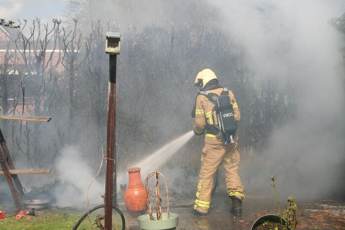 Heg vliegt in brand tijdens onkruid branden