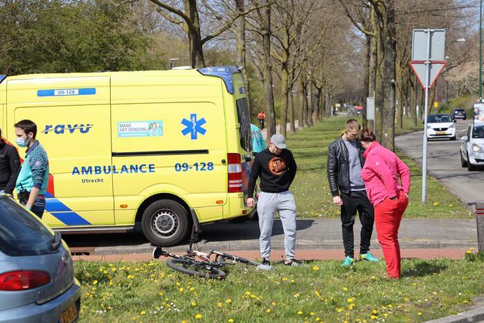 Mountainbiker geschept door auto