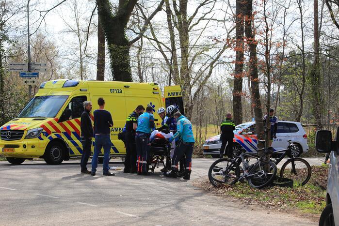 Mountainbiker en bestelbus botsen met elkaar
