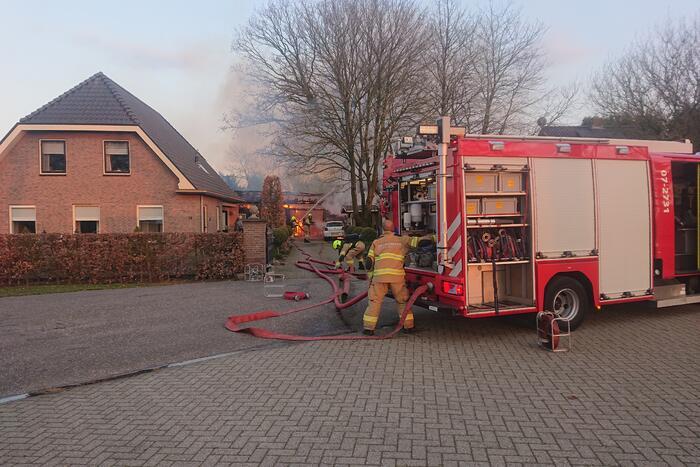 Schuur en auto verwoest door brand