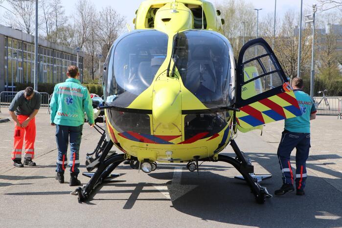 Traumahelikopter landt op parkeerplaats Alrijne ziekenhuis voor transport coronapatiënt