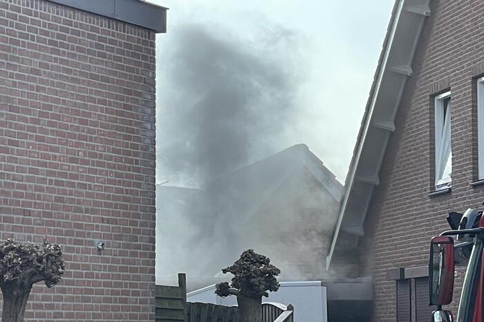 Uitslaande brand in schuur bij woning