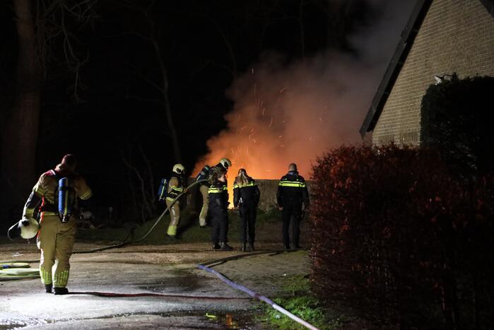 Grote vlammen bij flinke buitenbrand