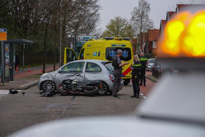 Motorrijder botst op personenauto