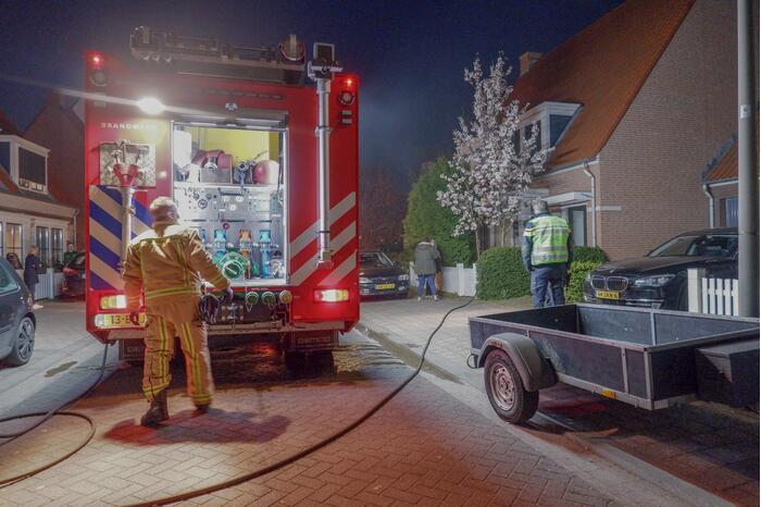 Brandweer blust brand in wasmand en boeken