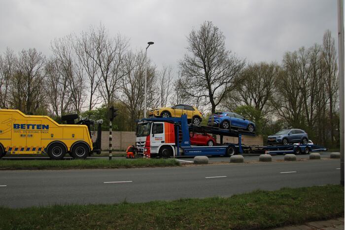 Vrachtwagen met trailer botst op auto