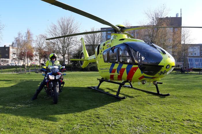 Traumahelikopter landt voor gewond persoon