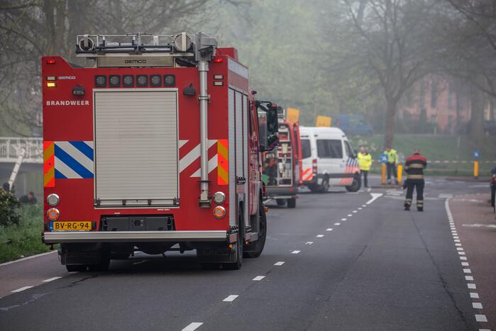 Automobilist overleden na botsing tegen boom