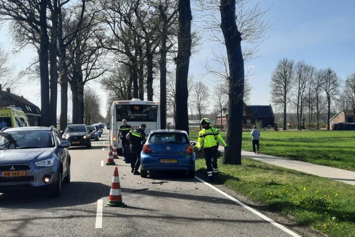 Personenauto botst achter op bus