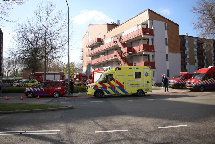 Veel hulpdiensten door keukenbrand in appartementencomplex