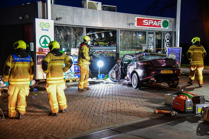 Auto rijdt tankstation binnen