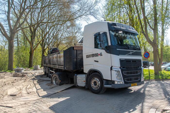 Vrachtwagen vast in het zand en verliest brandstof door lek