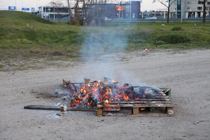Brandweer blust brandende pallets