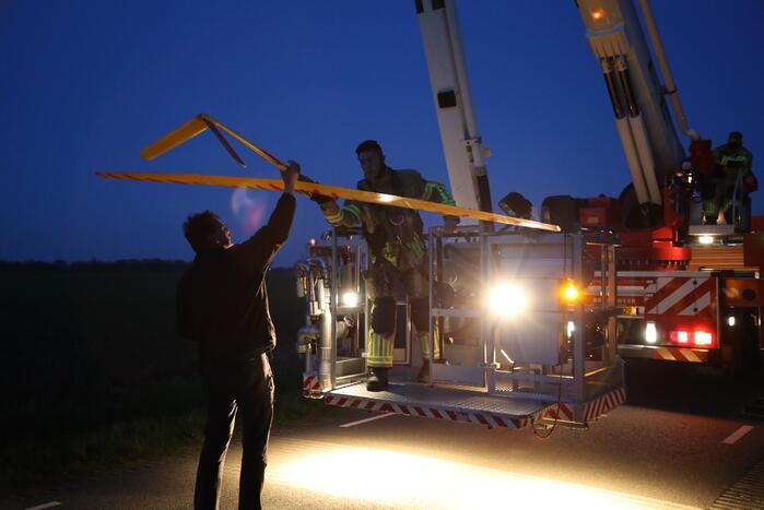 Brandweer haalt vastzittend modelvliegtuig uit boom