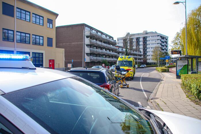 Overstekende fietser geschept door auto
