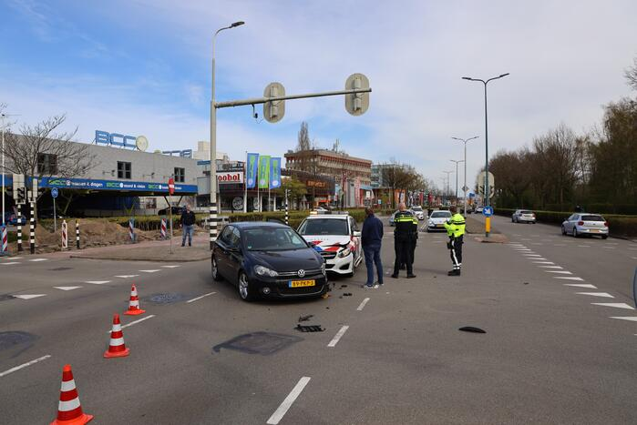 Politieauto met spoed ramt personenauto