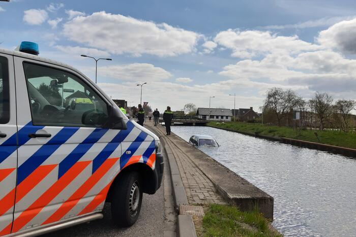 Personenauto belandt in water
