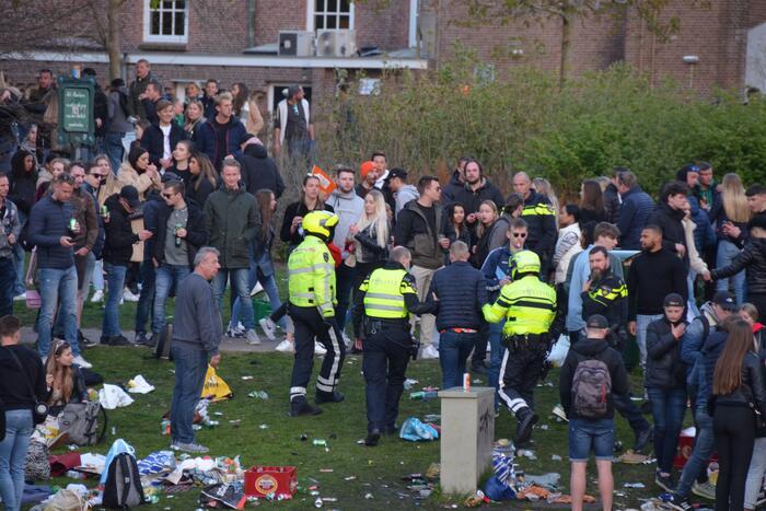 Jongeren keren zich tegen politie in Prinsentuin