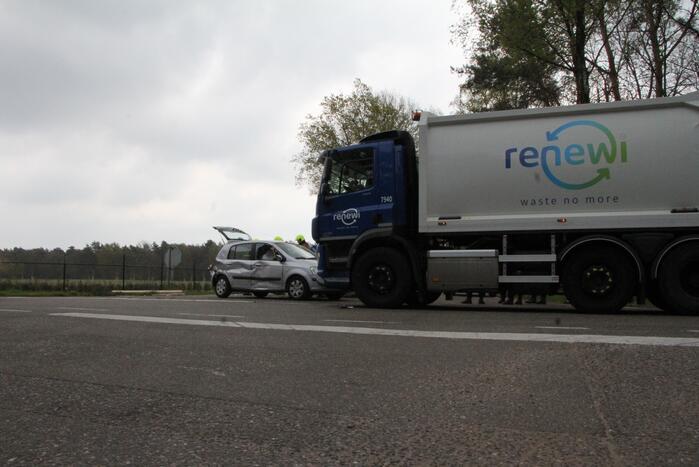 Vuilniswagen en personenauto botsen op kruising