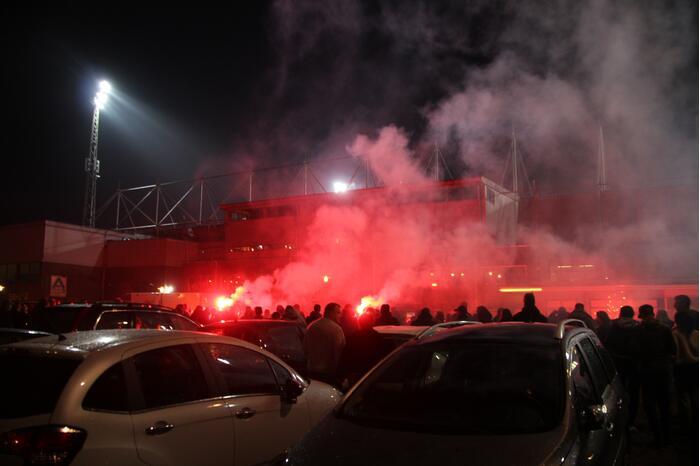 Veel supporters en vuurwerk bij voetbalstadion Cambuur