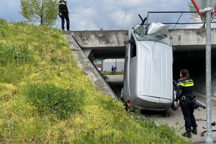 Bestelbus eindigt tegen viaduct