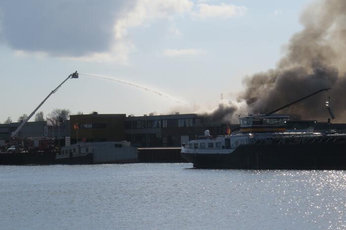 Grote uitslaande brand in appartement boven bedrijf