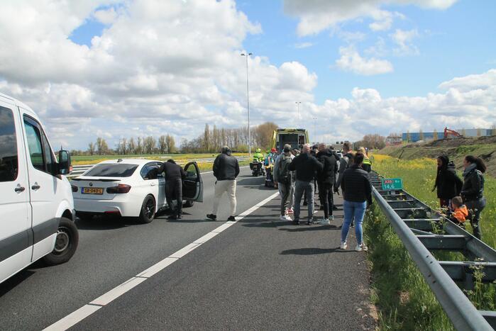 Motorrijder en auto botsen op snelweg