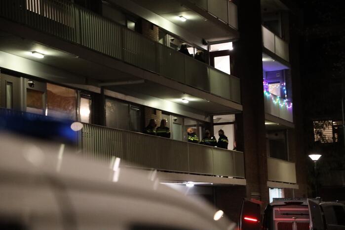Politie houdt man met verward gedrag aan in flatwoning