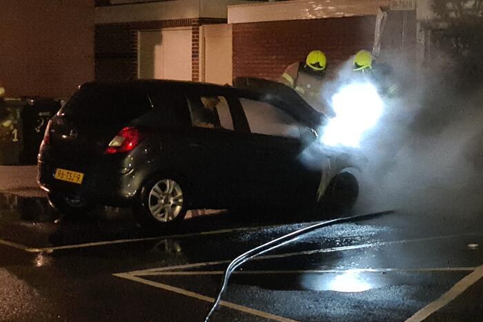 Brandweer blust autobrand