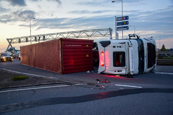 Vrachtwagen gekanteld op oprit van snelweg