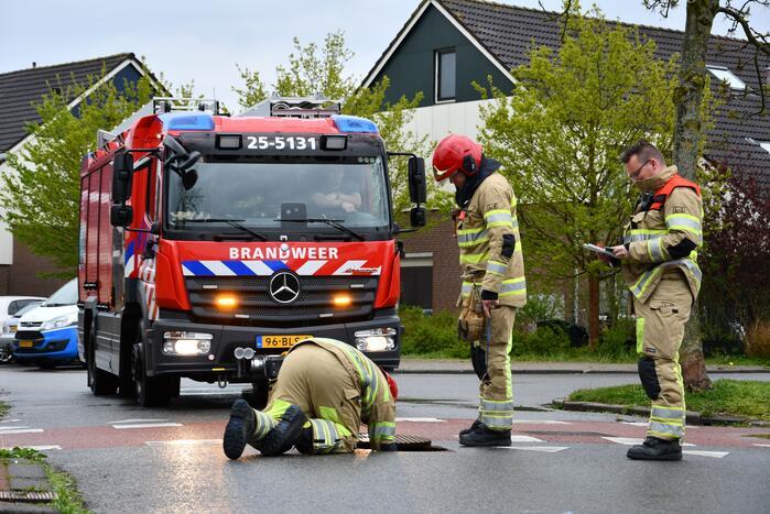 Brandweer doet groot onderzoek door vreemde lucht in riool