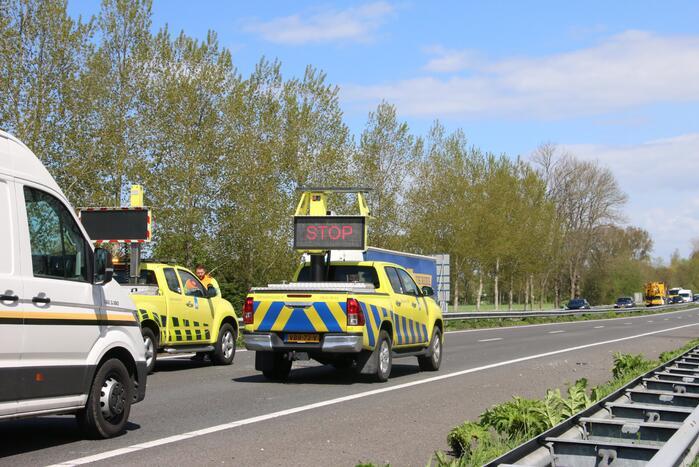 Zes voertuigen met lekke banden door stenen op de snelweg