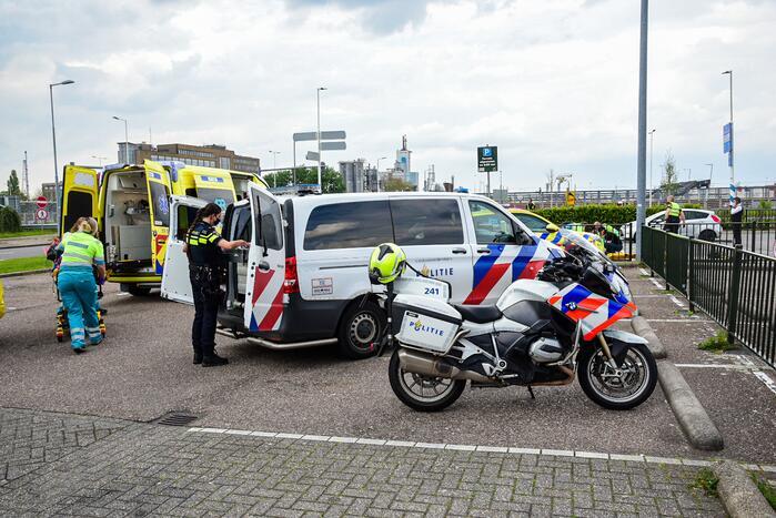 Personenauto schiet van snelweg en botst tegen meerdere personen