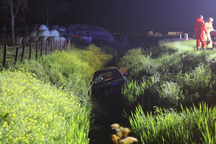 Auto te water, meerdere gewonden