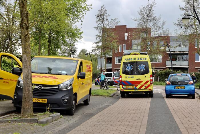 Overstekende fietsster aangereden door DHL-bestelbus
