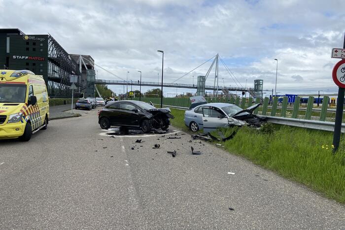 Veel schade bij flinke crash
