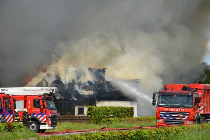 Brand op dak van pand zorgt voor enorme rookwolken
