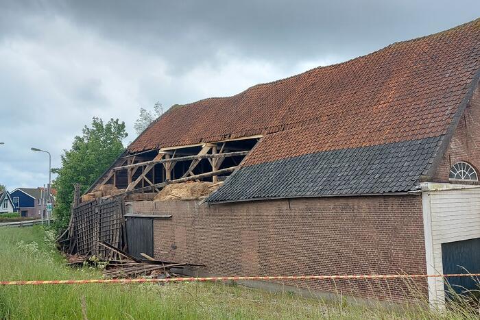 Stuk dak waait van boerenschuur