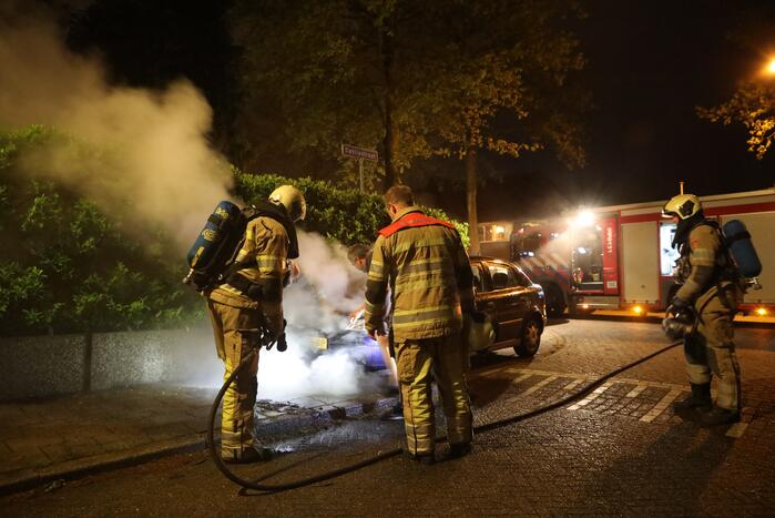 Voorzijde van auto in brand
