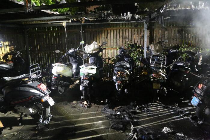 Fietsenstalling vliegt in brand, meerdere scooters verwoest