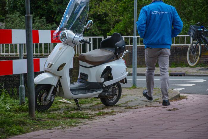 Scooter aangereden door auto op kruising