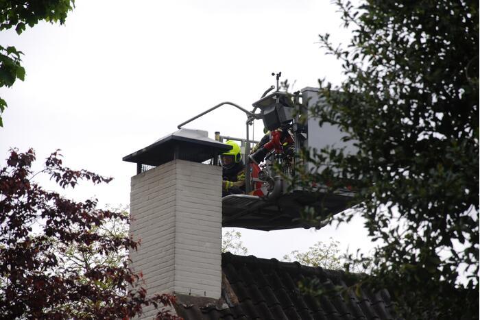 Brandweer blust brand in schoorsteen