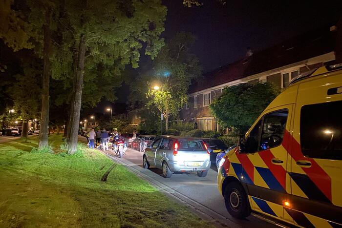 Scooterrijder gaat onderuit en beschadigd twee auto's