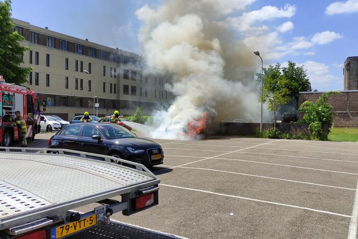 Auto volledig uitgebrand op parkeerplaats